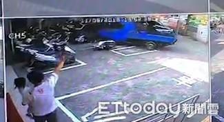 小貨車撞燕巢分駐所   警車倒整排彈飛