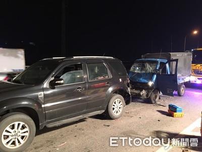 新北台65線4車追撞 發財車2人受困