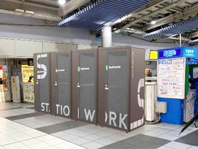 日本社畜太慘!火車站內設「迷你辦公室」,上司急call也能秒上工