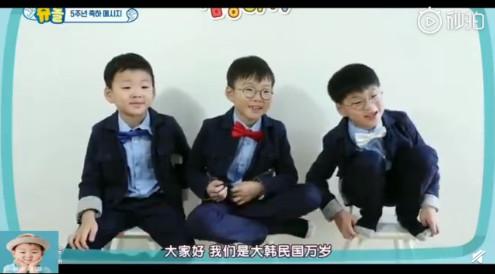 ▲▼「三胞胎」大韓民國萬歲。(圖/翻攝自微博)