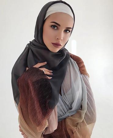 ▲俄女模頭戴穆斯林頭巾曬「南半球」,引爆眾 怒。(圖/翻攝自IG)