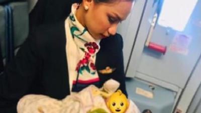空姐挺胸獻奶救乘客 哭鬧嬰兒秒喝完就睡