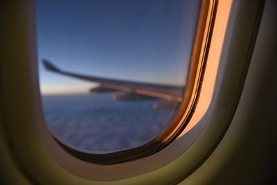 男搭機失控 拿平板砸破機艙內窗