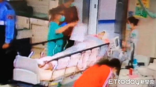 ▲▼婦人回家路上遭6隻野狗拉下車狂咬,送醫時全身多處受嚴重撕裂傷。(圖/記者唐詠絮翻攝)