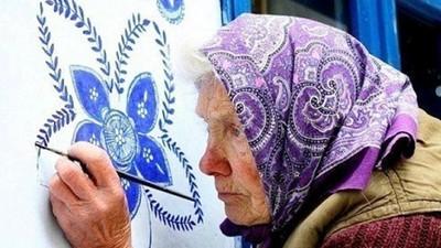 趁死神還沒來「我絕不停筆」!90歲奶奶畫功超群 讓花朵開遍整座村