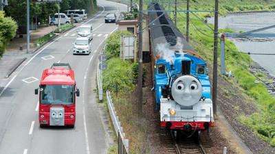 湯瑪士「大火車」上鐵軌超車! 龐大詭臉讓人心裡發毛
