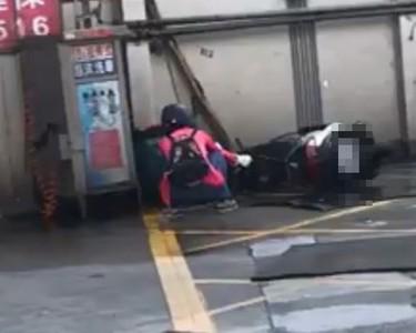 她洗車放倒沖刷 網傻眼:會漏油