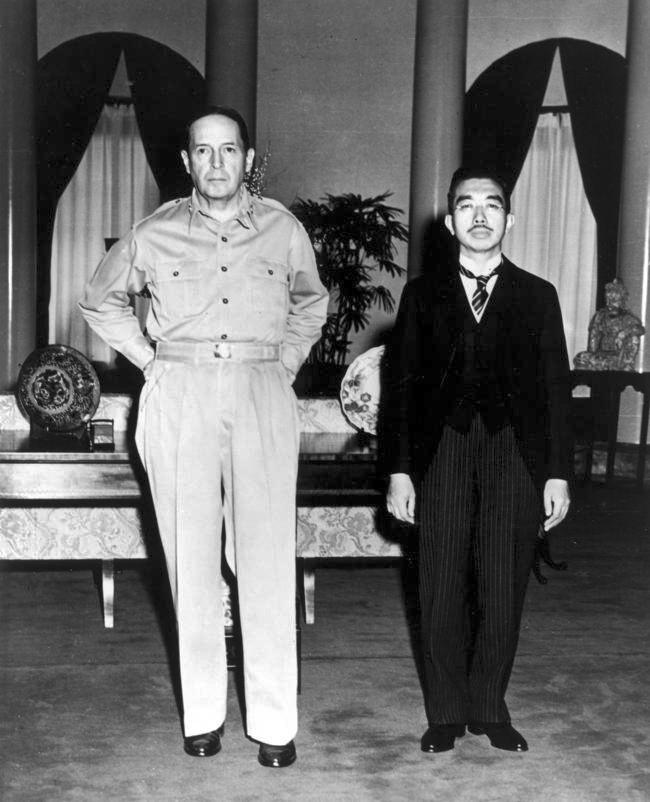 ▲昭和天皇,麥克阿瑟將軍(圖/翻攝自wikipedia)