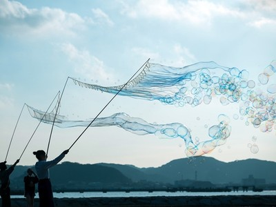 彷彿空中有夢幻水母!海濱拍下巨大泡泡網,彩虹夢境讓人不想醒來