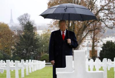 川普11日冒雨前往美軍公墓弔唁