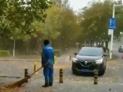狂風吹落葉 清潔工掃到懷疑人生
