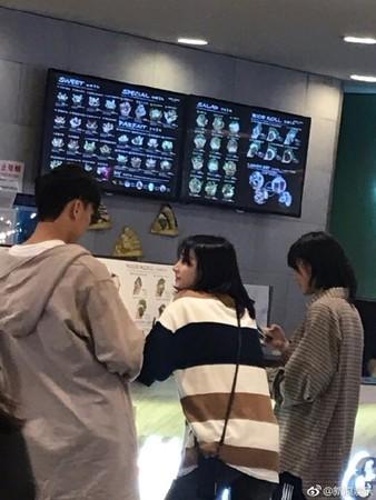 ▲鄭爽和男友約會,身邊還帶著替身妍妍。(圖/翻攝自微博/新浪娛樂、娛樂給我五)