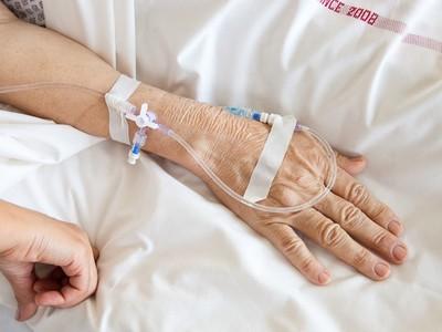 安樂死打到一半反悔!老婦掙扎被家人強壓注射 執行醫師遭起訴
