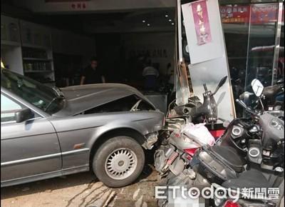 民雄汽車擦撞機車衝進騎樓 1女騎士慘死