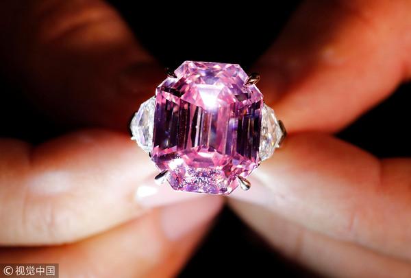 ▲▼ 瑞士日內瓦13日佳士得拍賣會,19克拉粉紅巨鑽「粉紅傳奇」(Pink Legacy)賣出5000萬美元天價。(圖/CFP)