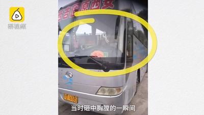 鋼板飛砸胸口...司機忍痛挽救乘客後離世