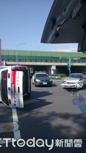 小客車撞翻救護車 幸好車上沒病患