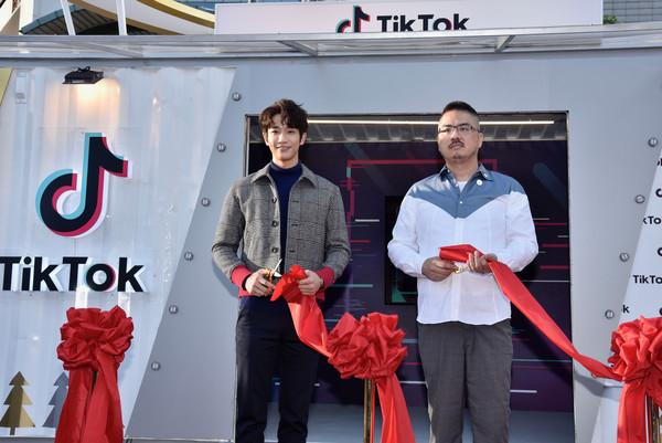 劉以豪現身新北市市民廣場為「TikTok給你看頭未來館」開幕剪綵(圖/TikTok提供)