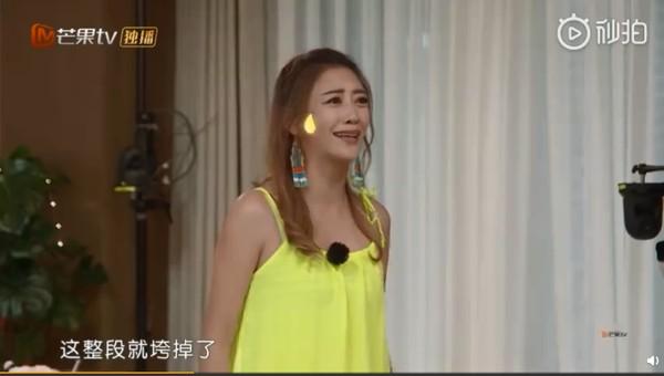▲應采兒向陳小春撒嬌。(圖/翻攝自微博)