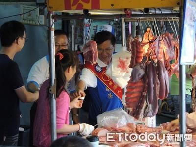 林明溱菜市場拜票 緊握鄉親手