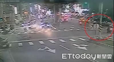 翁騎單車疑闖紅燈 沿斑馬線遭機車撞死