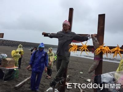 「藻礁對不起」環團牽手上十字架
