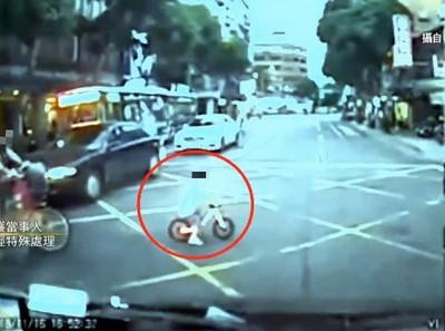 三輪車男童衝出馬路! 駕駛急煞驚險畫面曝