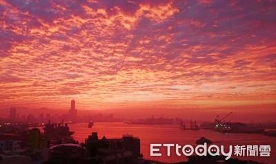 高雄日出「紅海」奇景 民眾搶拍