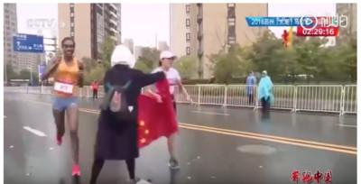 厲害了志工 想遞國旗害跑者丟冠
