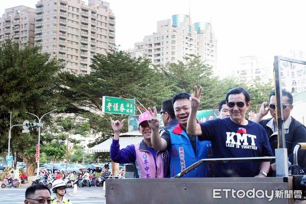▲國民黨台南巿長候選人高思博,在前總統馬英九陪同下,赴安南區、永康區掃街拜票,沿途受到支持群眾熱烈歡迎。(圖/高思博提供,下同)