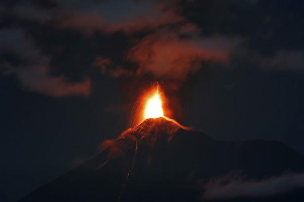 ▲▼瓜地馬拉火峰火山11月爆發。(圖/達志影像/美聯社)