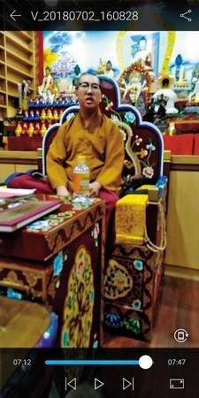 演勝被拍到上身穿北傳佛教短褂,下身卻穿藏傳佛教僧裙。(讀者提供)