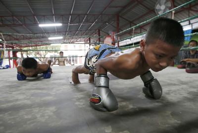 泰拳世界多殘酷! 13歲小選手為「養家賺學費」被5拳轟到腦死
