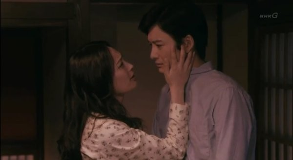 ▲岡田將生激吻人妻,伸舌頭舔淚。(圖/翻攝自推特)