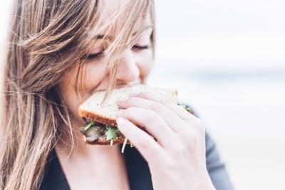 「間歇性斷食法」鏟肥油肚真的有用嗎?研究顯示:和傳統節食法沒差