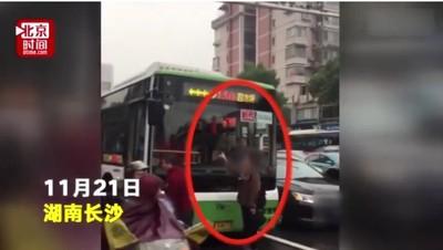 沒擠上公車 大媽擋車:都不准走