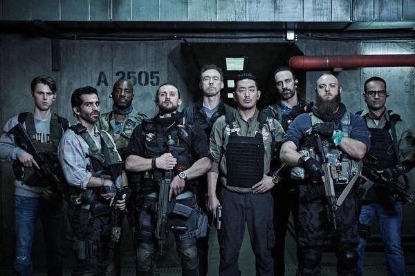 河正宇(前右三)在《90分鐘末日倒數》中與眾多外籍演員合作,大量英文台詞讓他備感壓力。(華聯國際提供)