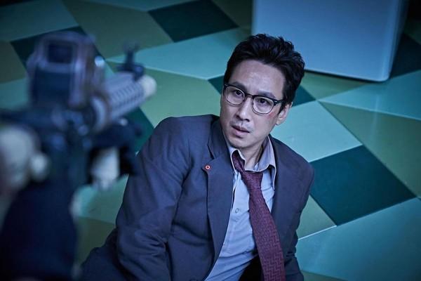 李善均在片中飾演北韓軍醫,卻挑戰了大量動作戲。(華聯國際提供)