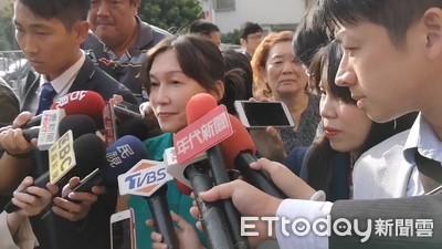 吳虹綠上衣攜女現身投票 卡人潮30分