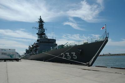 日本築摩號護衛艦的炮彈被浪捲走
