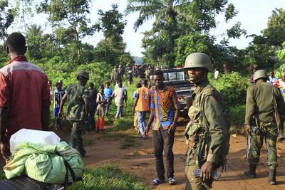 剛果叛軍洗腦童兵手持「神奇掃帚」擋子彈