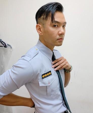 ▲黑人穿警察制服側拍,螞蟻腰十分搶鏡。(圖/取自黑人陳建州臉書)