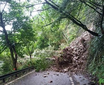 土石樹木覆蓋整條路 福山植物園緊急休園