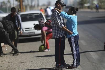 移民母強爬「邊界圍欄」 重摔遭螺紋鋼刺穿