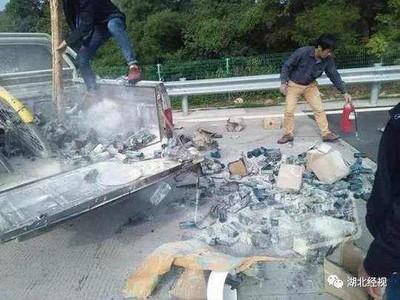 「火球車」衝向收費站 後車箱燒成灰