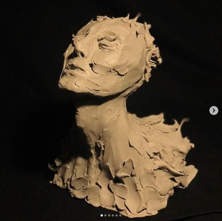▲易烊千璽親自設計、雕刻3.5公尺巨龍。(圖/翻攝自易烊千璽Instagram)
