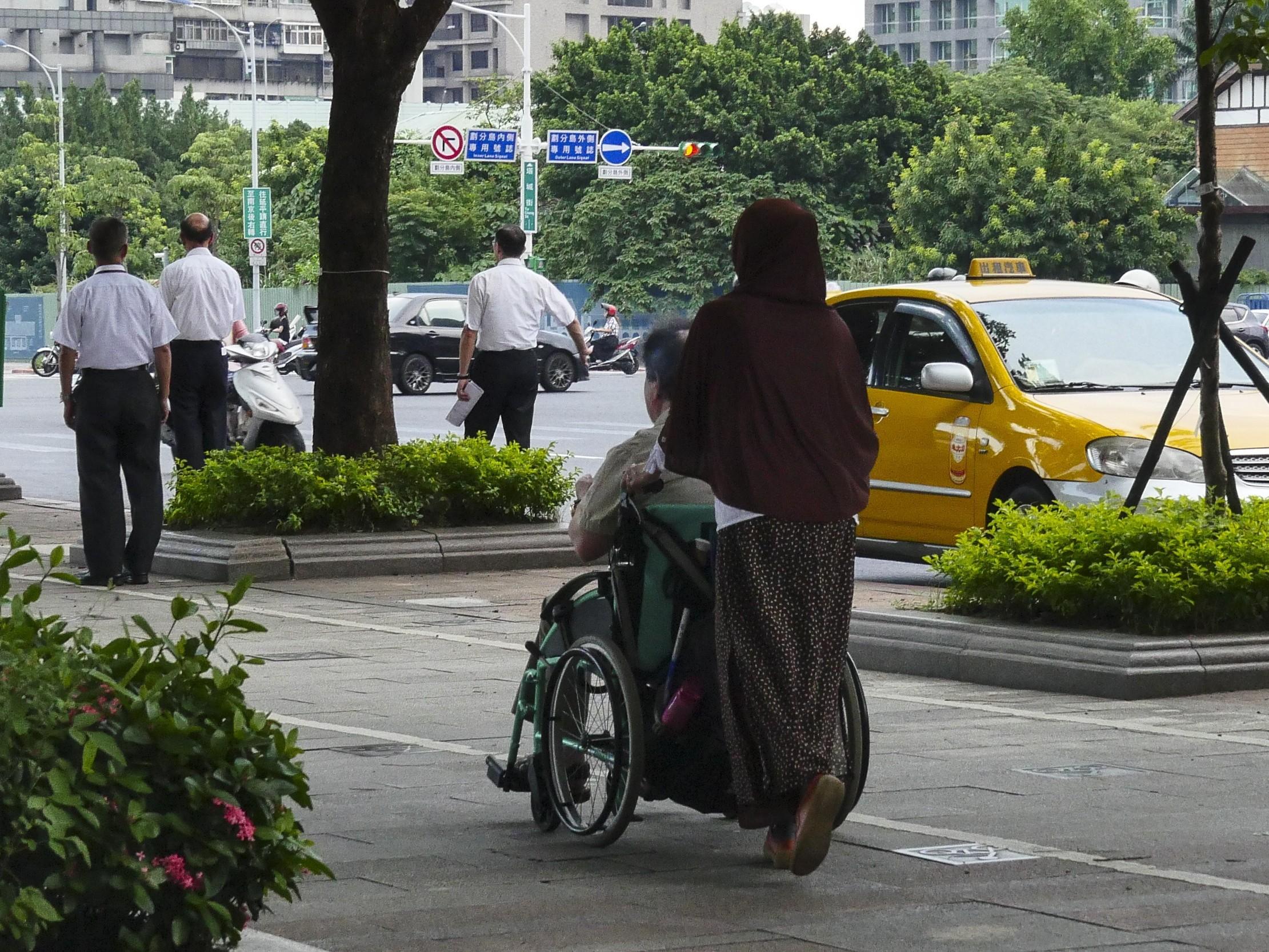 ▲看護、外傭、外勞、行動不便、老人 。.(圖/記者黃克翔攝)