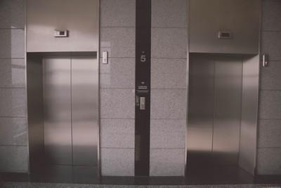 電梯開錯門 讓他沒唸大學卻有碩士學歷