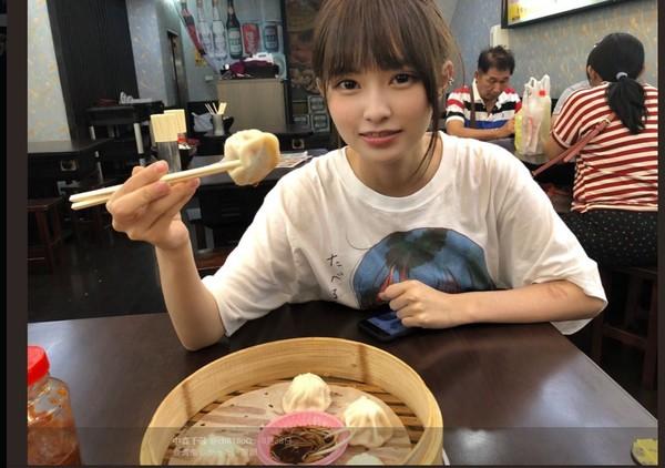 ▼中森千尋8月來台狂吃美食。(圖/翻攝自@chR18oO推特)
