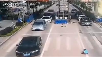 影/轎車撞飛男孩噴3公尺 10秒起身